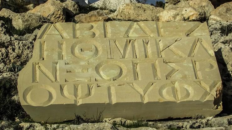 Símbolo Ø escrito em uma pedra